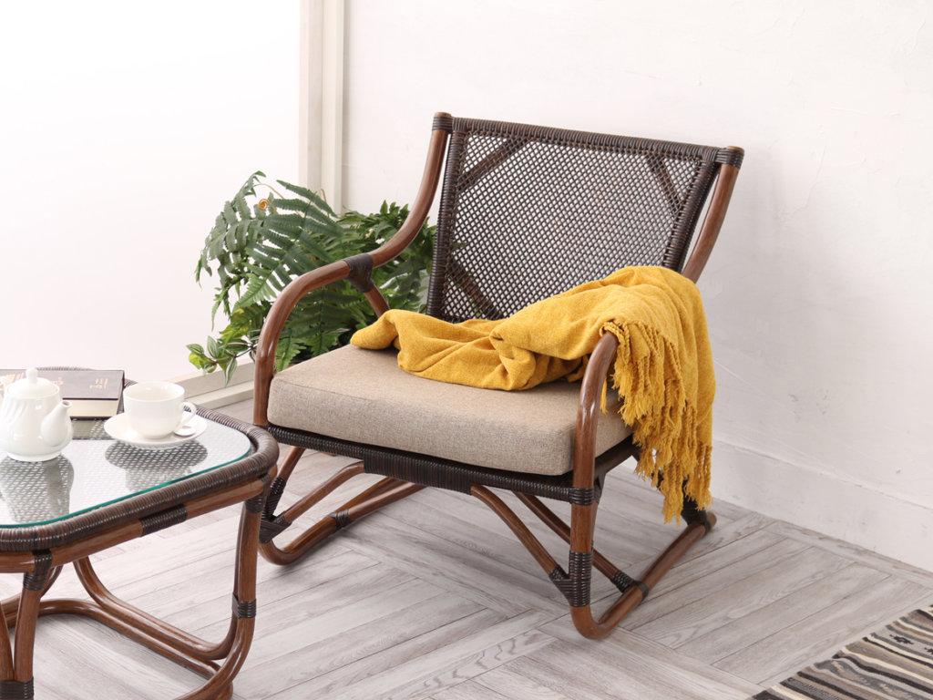 窓辺スペースに合うラタン椅子