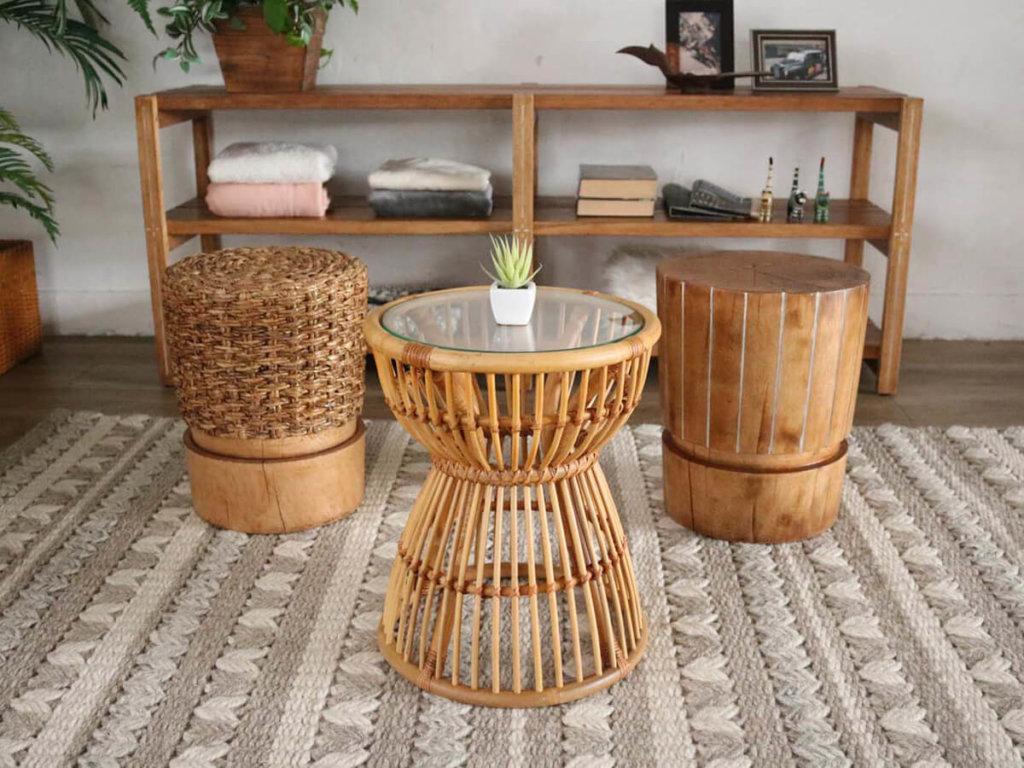 自然の風合いを生かしたテーブルや椅子