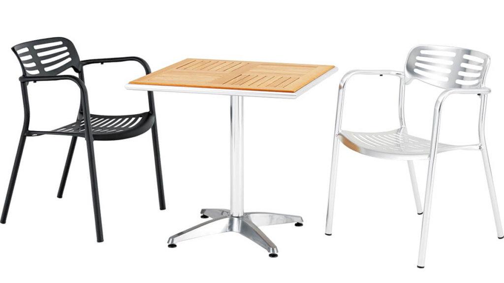2色のアームチェアとテーブル