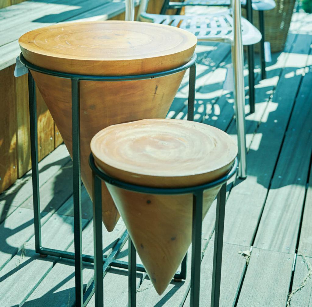 大小の丸テーブル