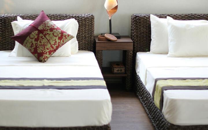 リゾートインテリアの寝室におすすめのサイドテーブル