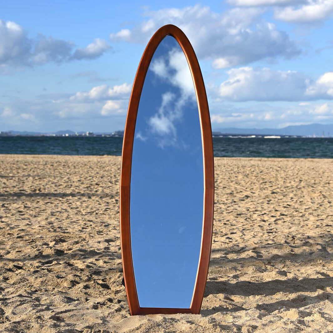鏡 リゾート感あふれるサーフボードデザイン